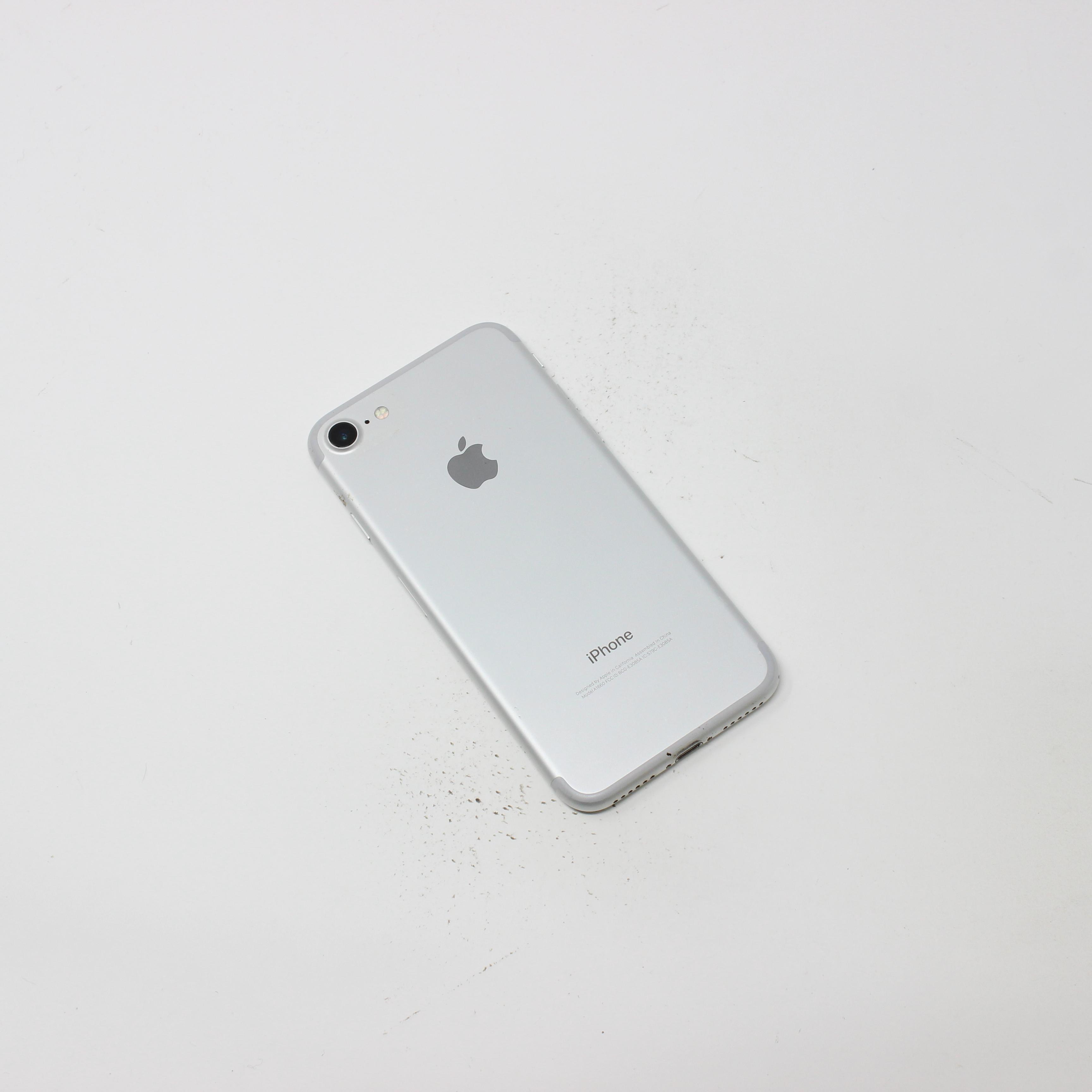 iPhone 7 128GB Silver - Unlocked photo 3 | UpTradeit.com